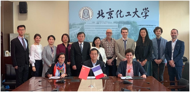 Au premier plan (de gauche à droite) : Nora MACHURE (Proviseure ENCPB) ; Peiyong QIN (Dean CH Chimie Pékin) ; Anouk GALTAYRIES (Dean FR Chimie Pékin) Au second plan (debout et de gauche à droite) : Yongsheng WANG (Vice Dean école internationale) ; Cécile BRUYERE (IGESR) ; Hong HOU (Vice Dean Chimie Pékin) ; Lixin MAO (Dean relations internationales) ; Feng WANG (VP relations internationales) ; Min-Ha PHAM (VP relations internationales PSL) ; Fethi BEDIOUI (VP relations internationales Chimie ParisTech) ;Stéphane KIRSCH (Professeur Chimie Pékin) ; Jing WANG (PSL) ; Clément ROBBE (Professeur Chimie Pékin) ; Jean-Noël BERNARD (Professeur CPGE ENCPB PC).
